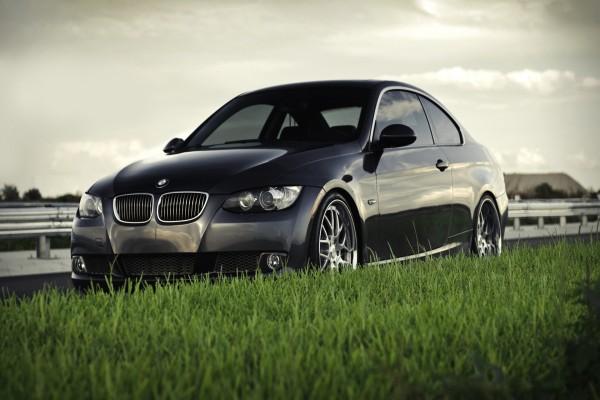 Un BMW 335i junto a la hierba