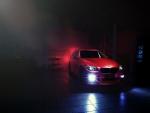 BMW rojo con las antinieblas encendidas
