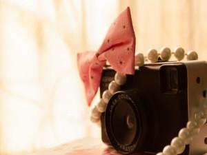 Lazo y collar sobre una cámara de fotos