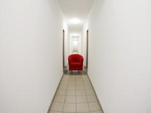 Sillón rojo en un pasillo