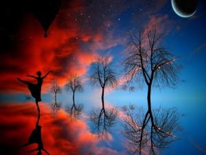 Postal: Una mujer danzando bajo la luz de la luna