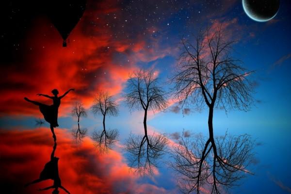 Una mujer danzando bajo la luz de la luna