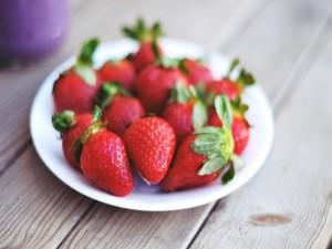 Postal: Fresas en un plato