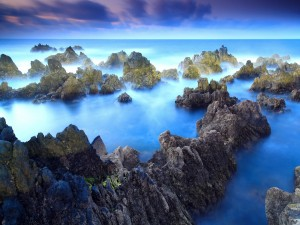 Rocas y bruma en el mar