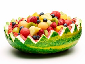 Postal: Ensalada de frutas dentro de una sandía