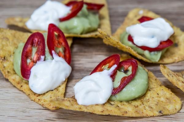 Bocado perfecto de unos nachos con guacamole