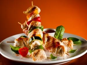 Brochetas de pollo con vegetales