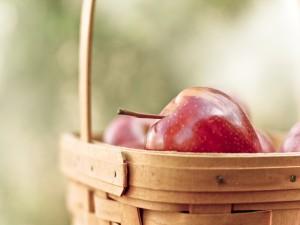 Postal: Manzanas rojas dentro de una cesta