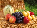 Frutas sobre una silla de mimbre