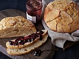 Un rico pan con mermelada de arándanos