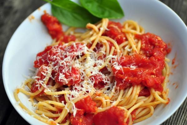 Espaguetis con tomates y queso