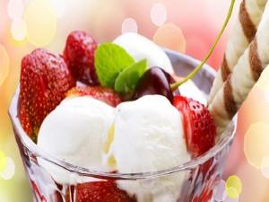 Copa con helado y frutas frescas