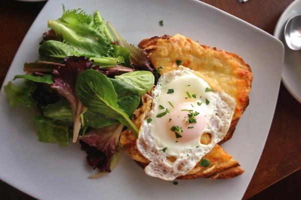 Un huevo frito y ensalada