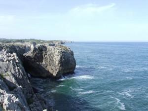 Postal: Acantilados junto al mar Cantábrico (Asturias)