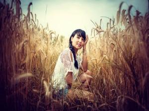 Chica en un campo de trigo
