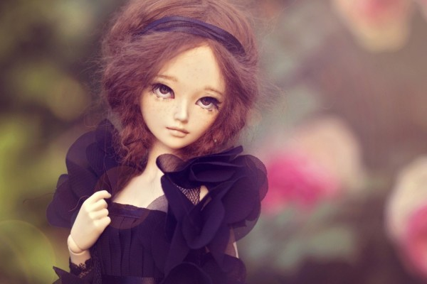 Muñeca con un vestido negro