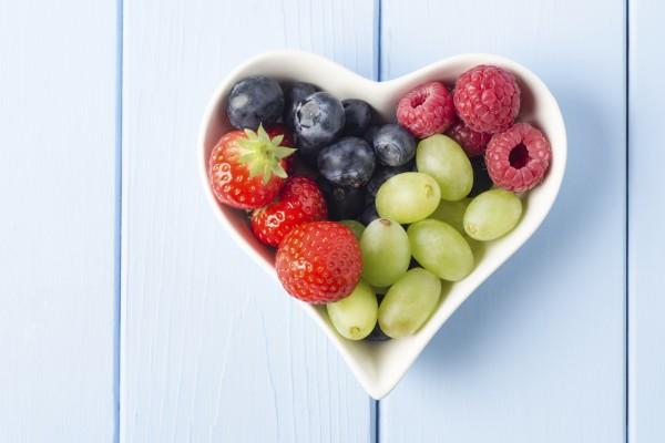 Frutas en un plato con forma de corazón