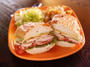 Postal: Sándwich con pechuga de pollo, queso y vegetales