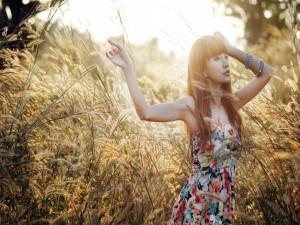 Postal: Mujer disfrutando entre las espigas