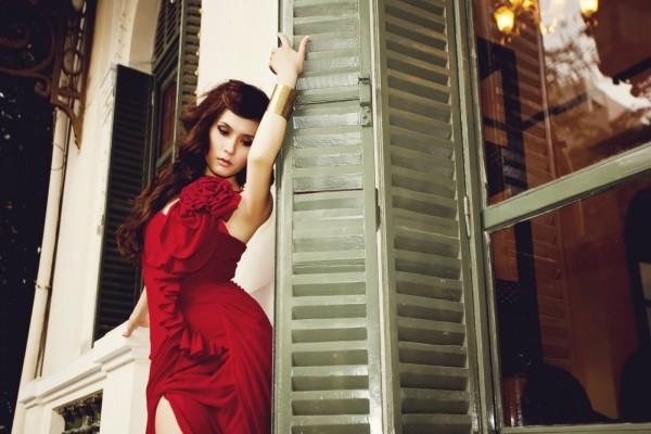 Chica con un bonito vestido rojo
