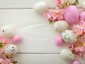 Flores de primavera junto a huevos de Pascua