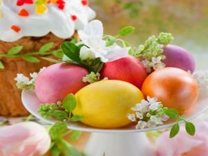 Huevos de Pascua en un recipiente