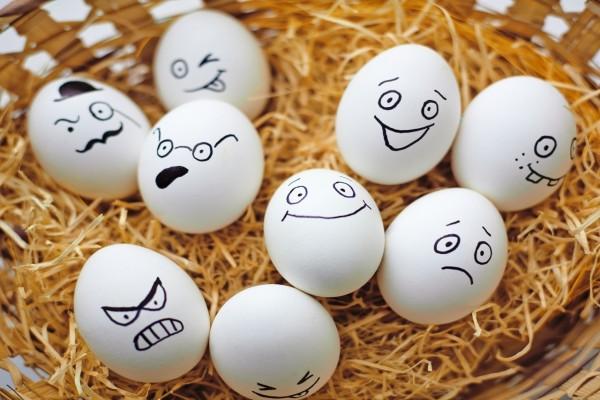 Divertidos huevos en una cesta