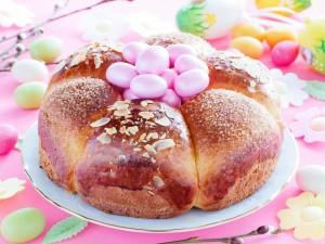 Pastel decorado con huevos de Pascua