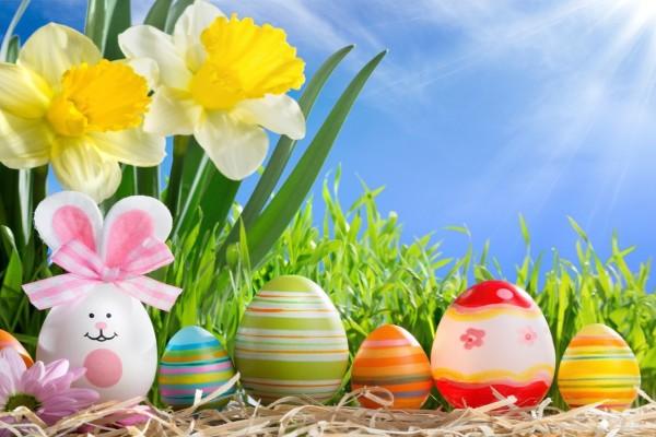 Huevos de Pascua en un jardín primaveral