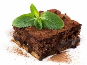 Pastel con crema de chocolate y una ramita de menta