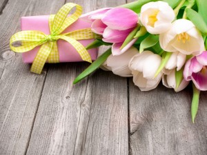Postal: Regalo junto a un ramo de tulipanes