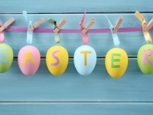 Huevos de Pascua colgados con pinzas de la ropa