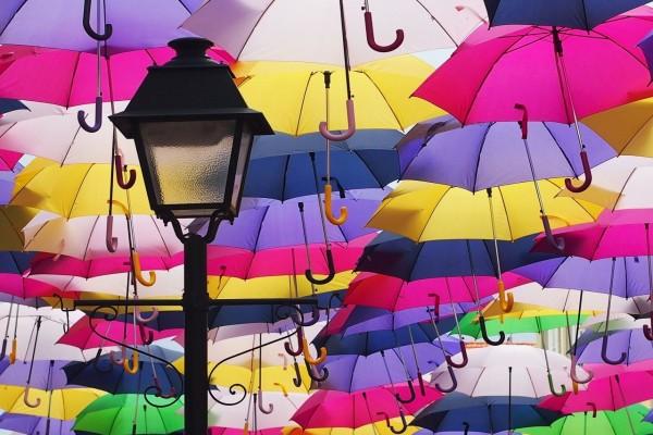 Farol y paraguas de diversos colores