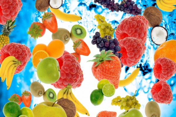 Variedad y coloridas frutas en el agua