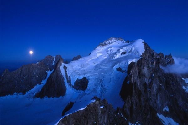 La luna se levanta tras la montaña Barre des Écrins (Alpes)