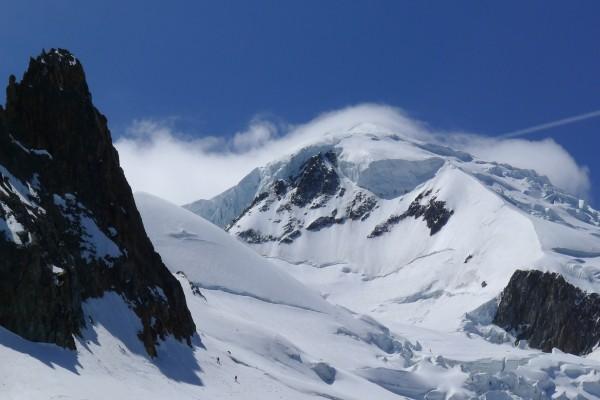 Dos montañeros subiendo el pico Wilson hacia el Mont Blanc