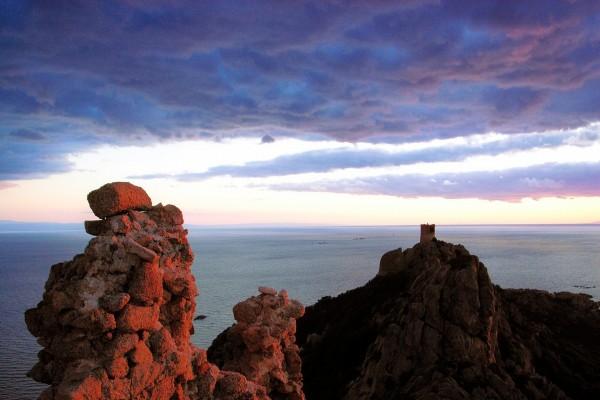 Amanecer sobre las viejas torres de vigilancia de Roccapina, Córcega
