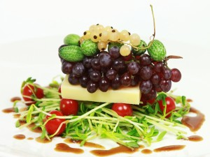 Ensalada con queso y frutas