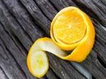 Pelando una naranja