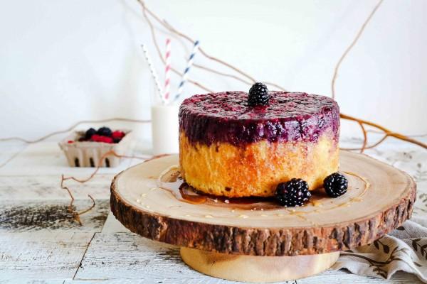 Un delicioso pastel de queso y moras