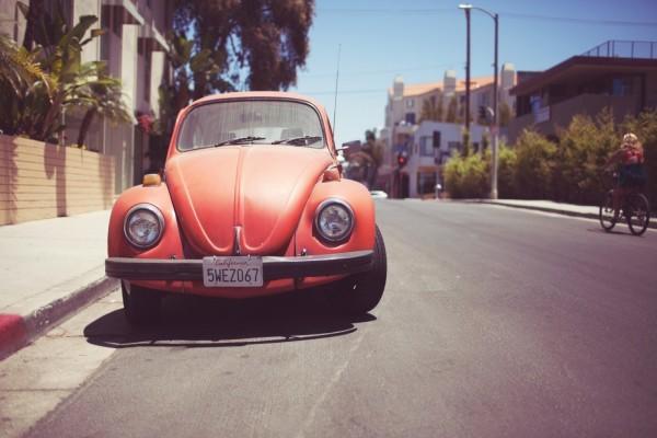Volkswagen escarabajo de color naranja