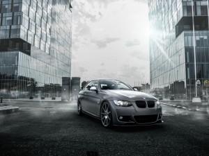 Un BMW entre grandes edificios