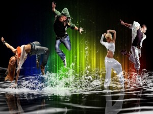 Cuatro jóvenes bailando