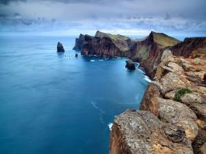 Hermoso acantilado junto al mar