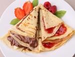 Panqueques con chocolate y mermelada de fresa
