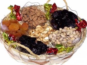 Una cesta con frutos secos variados