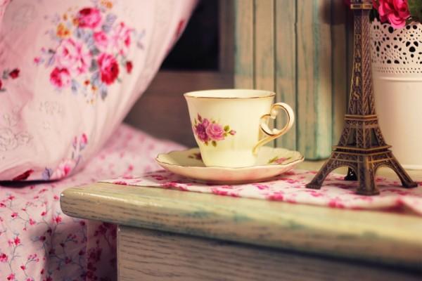 Taza de té junto a un recuerdo de París