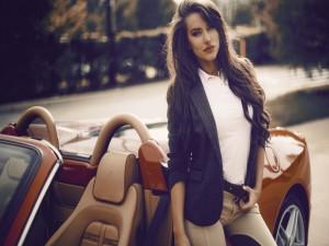 Mujer junto a un bonito Ferrari