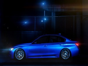 Postal: BMW 335i F30 de color azul