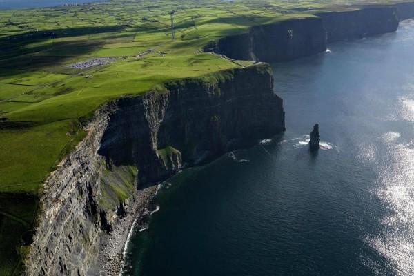 Vista aérea de unos acantilados verdes